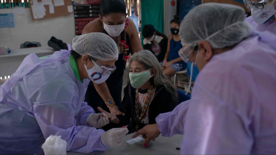 Realizan una prueba de la COVID-19 a una mujer indígena en el estado de Río de Janeiro, Brasil, 2 de julio de 2020. (Foto: AFP)