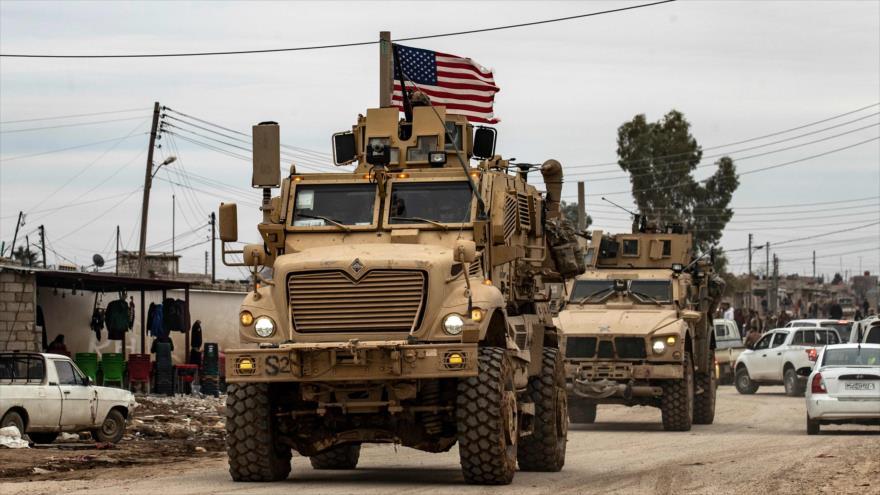 Un convoy militar estadounidense en la ciudad de Al-Qamishli, en la provincia siria de Hasaka, 12 de febrero de 2020. (Foto: AFP)