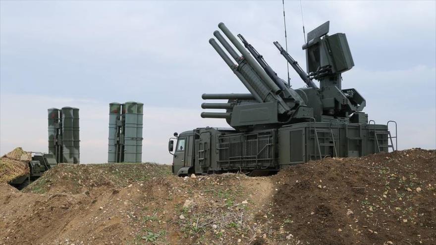 Sistemas antiaéreos desplegados en la base aérea rusa en Hmeimim, en la provincia siria de Latakia.