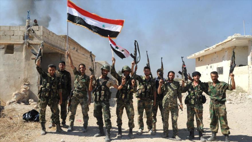 Unidades del Ejército sirio desplegadas en la aldea de Atshan, en la provincia central de Hama. (Foto: AFP)