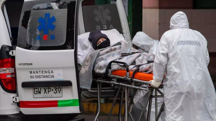 Un personal sanitario traslada en ambulancia a un enfermo infectado por el coronavirus en Santiago, la capital chilena.