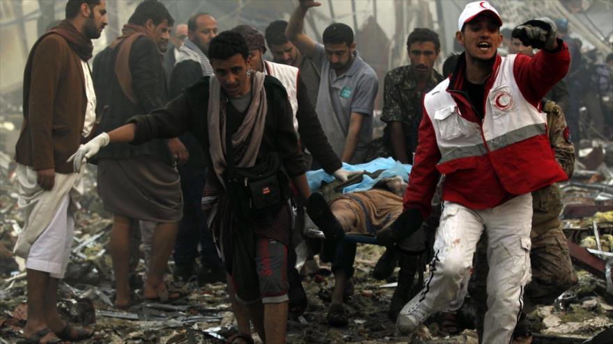 Yemeníes tratan de ayudar a las víctimas de un bombardeo saudí.