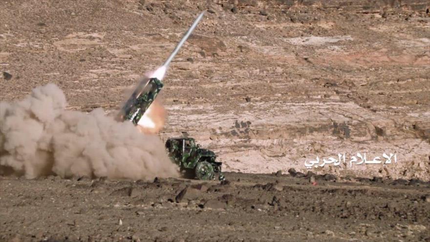 Momento del lanzamiento de un misil yemení contra objetivos de las fuerzas encabezadas por Arabia Saudí.
