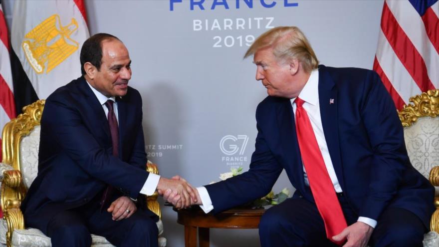 El presidente de EEUU, Donald Trump (dcha.), reunido con su par egipcio, Abdel Fatah al-Sisi, en la ciudad francesa de Biarritz, 26 de agosto de 2019.