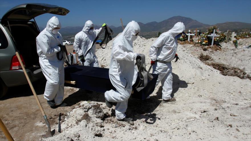 Trabajadores de un cementerio llevan el ataúd de una víctima de coronavirus en el cementerio en Tijuana, México, 22 de abril de 2020. (Foto: Reuters)