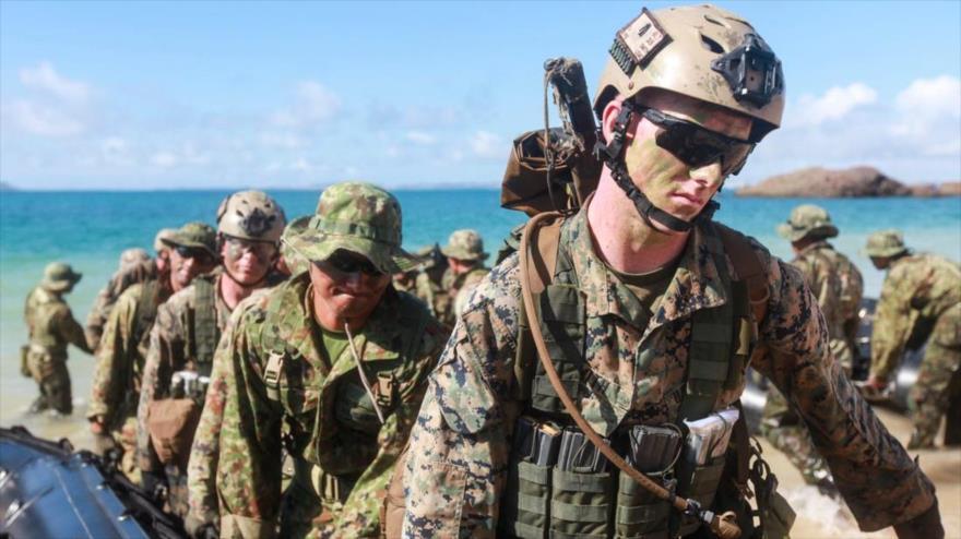 Soldados estadounidenses durante una maniobra naval en la isla japonesa de Okinawa.