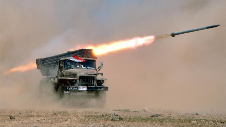 Una unidad de artillería del Ejército sirio dispara misiles contra posiciones de terroristas en la provincia noroccidental de Idlib.