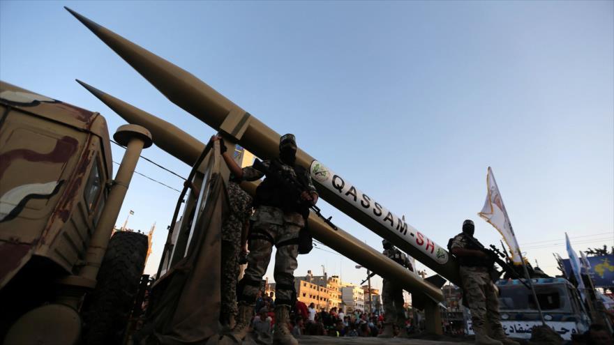 Combatientes de HAMAS exhiben sus misiles durante un desfile militar en la ciudad de Rafah, sur de la Franja de Gaza.