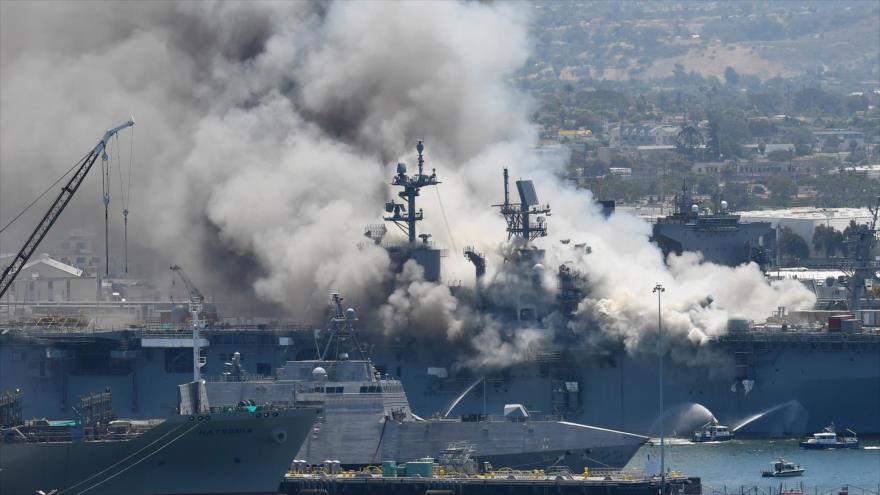 Buque USS Bonhomme Richard de EE.UU., anclado en puerto de la ciudad de San Diego, arde tras una explosión, 12 de julio de 2020. (Foto: AP)