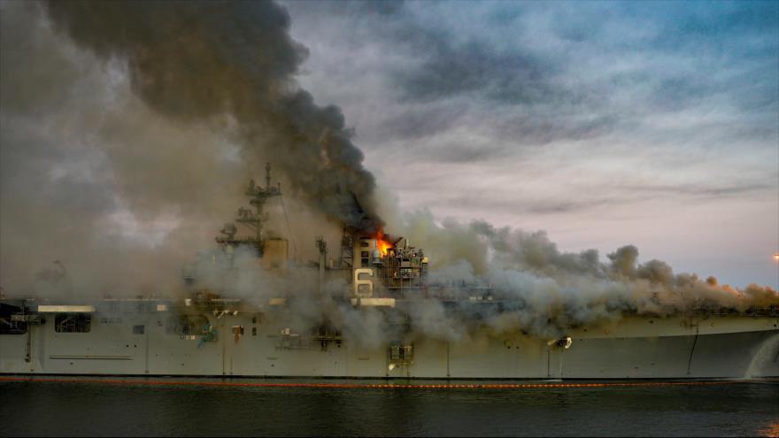 El buque de la Armada de EE.UU. USS Bonhomme Richard, anclado en el puerto de San Diego, se halla envuelto en llamas tras una explosión, 12 de julio de 2020.