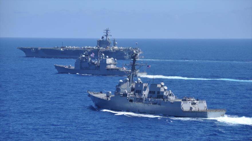 El portaviones nortamericano USS Nimitz y su grupo de ataque navegan por las aguas del mar de la China Meridional.