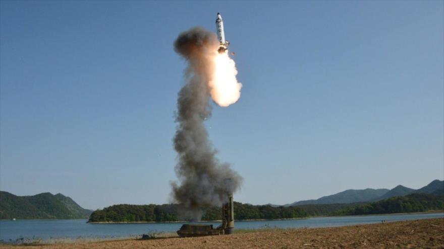 El misil balístico Pukguksong-3 de la Defensa de Corea del Norte.