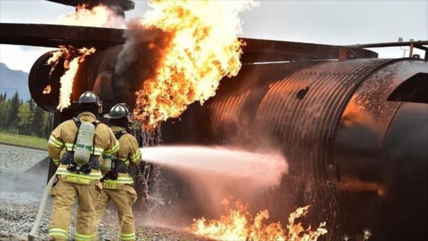 Bomberos turcos tratan de sofocar un incendio provocado en un avión siniestrado en la provincia turca de Van, 15 de julio de 2020.