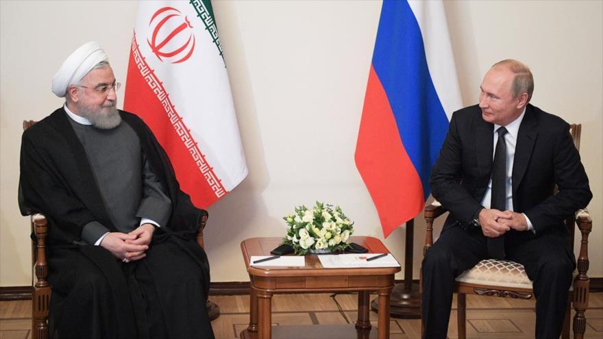 Los presidentes de Irán y Rusia, Hasan Rohani (izq.) y Vladimir Putin, respectivamente, en una reunión en Armenia, 1 de octubre de 2019. (Foto: AFP)