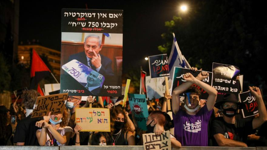 """Vete a la cárcel"": Manifestantes gritan ante residencia de Netanyahu | HISPANTV"