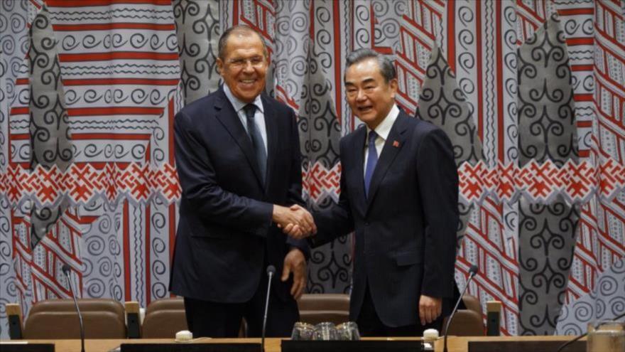 El canciller chino, Wang Yi (dcha.) y su par ruso, Serguéi Lavrov, al margen de una sesión de la Asamblea General de la ONU, 28 de septiembre de 2019.