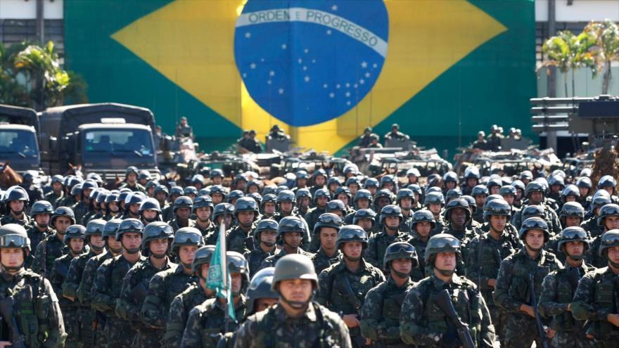 Soldados brasileños durante un desfile militar en Brasilia, la capital.