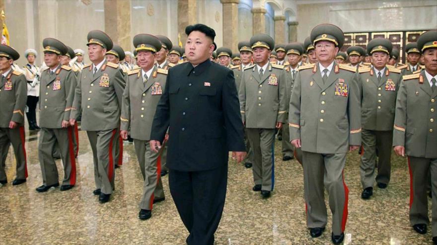 El líder norcoreano, Kim Jong-un, visita el Palacio Kumsusan del Sol con motivo del vigésimo aniversario del fallecimiento de su abuelo Kim Il-sung.