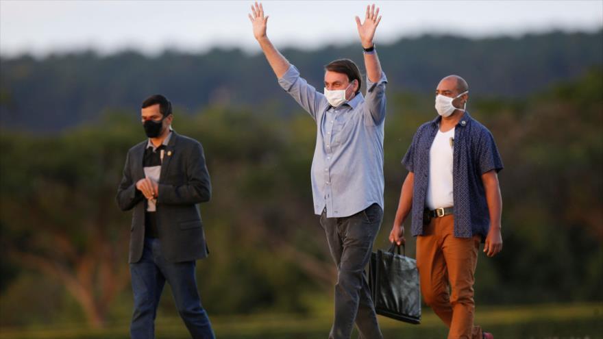 Bolsonaro, aún con COVID-19, recibe a cientos de partidarios | HISPANTV