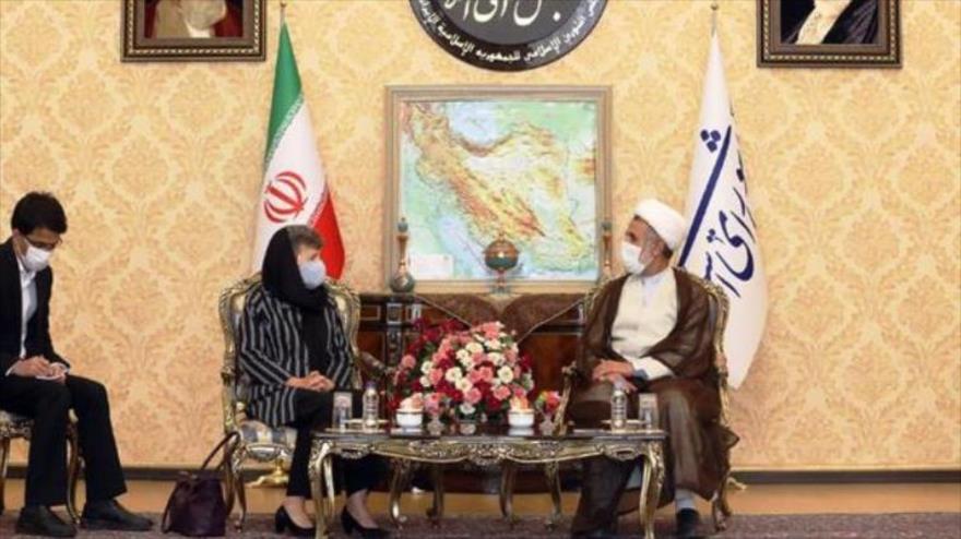 El jefe de la Comisión de Seguridad Nacional del Parlamento iraní, Moytaba Zonnuri, y la embajadora de Australia en Teherán, Lyndall Sachs, 20 de julio de 2020.