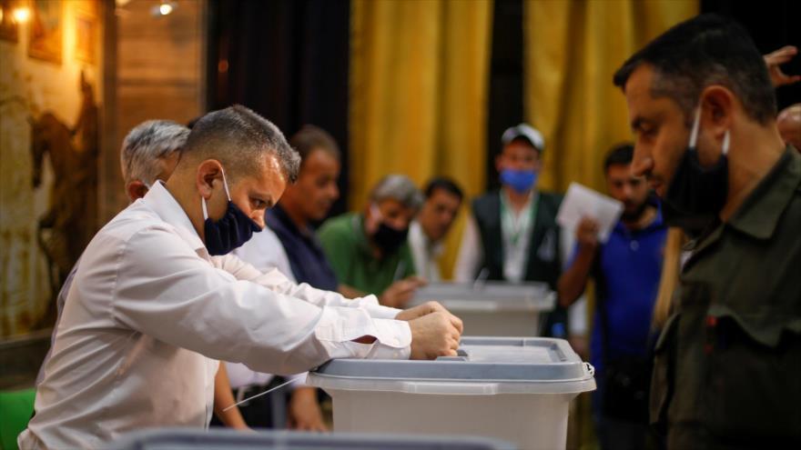 Un ciudadano sirio emite su voto durante las elecciones parlamentarias, julio de 2020.