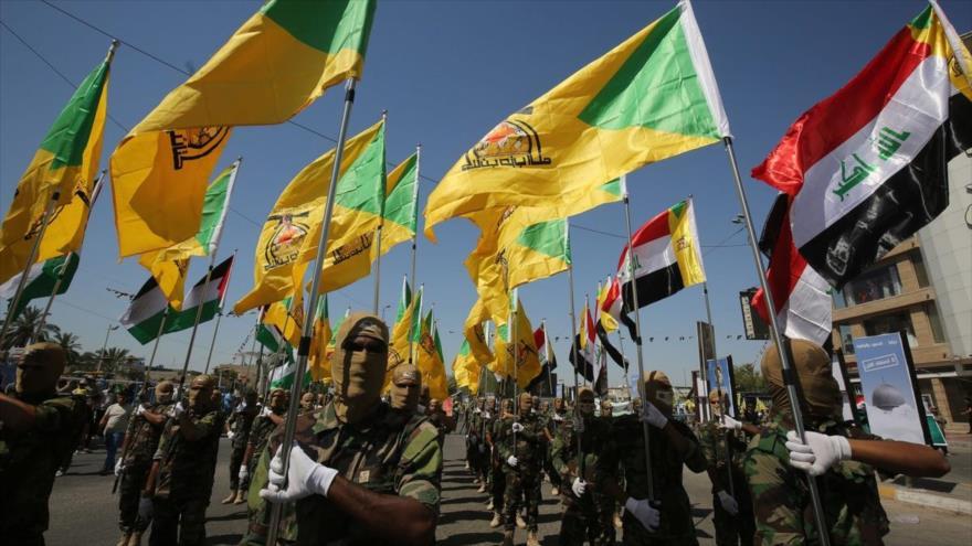 Combatientes del Movimiento Hezbolá Al-Nuyaba de Irak en un desfile.