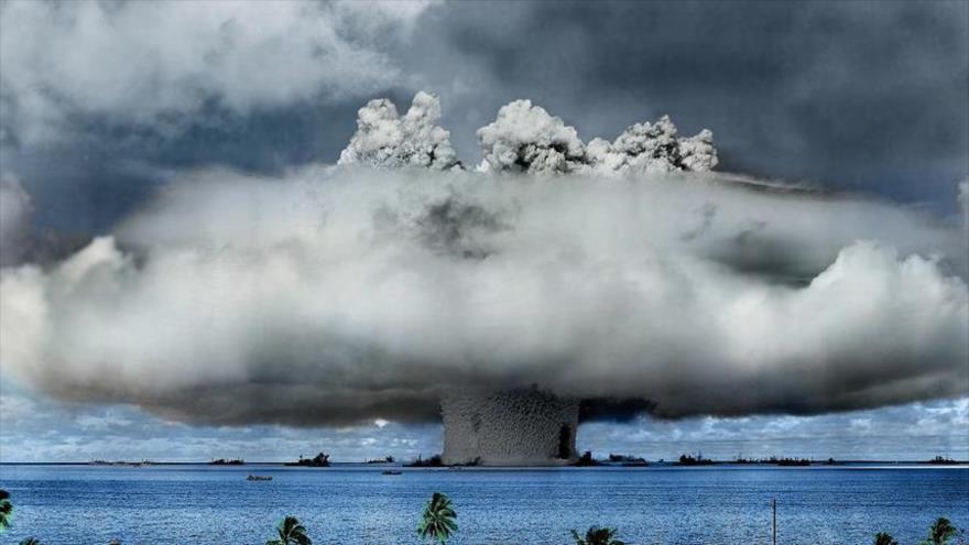 Una nube de hongo se eleva tras la explosión inicial de la prueba de bomba atómica de EE.UU. frente a la costa de Bikini Atoll, Islas Marshall, julio de 1946.