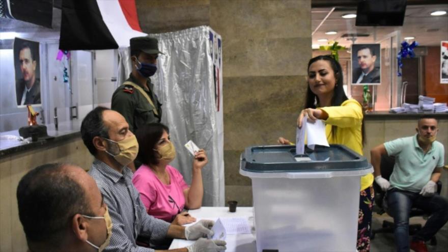 Una mujer siria participa en las elecciones parlamentarias en la provincia siria de Alepo, 19 de julio de 2029. (Foto: AFP)