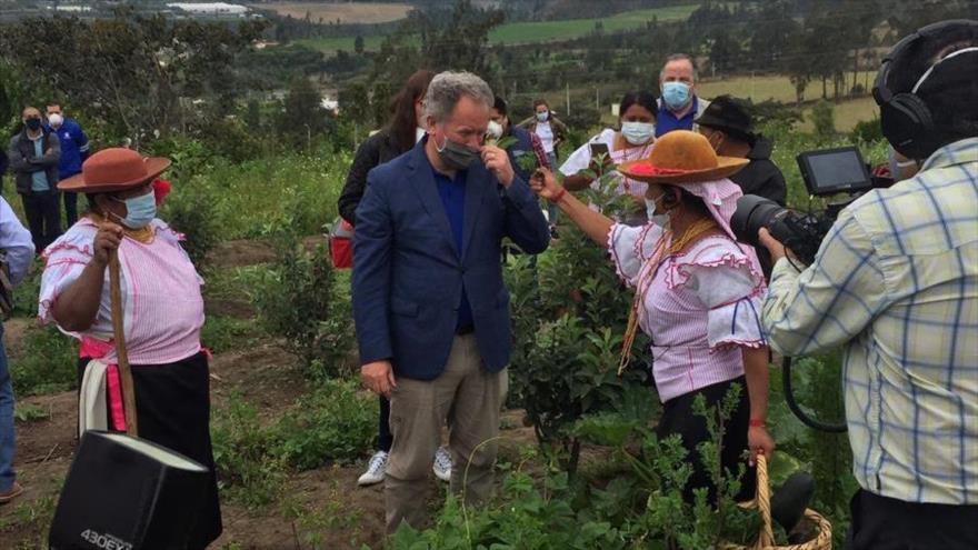 Indígenas kichwas de Imantag, en la provincia de Ibarra (norte de Ecuador), junto al director ejecutivo del Programa Mundial de Alimentos, David Beasley, 22 de julio de 2020.
