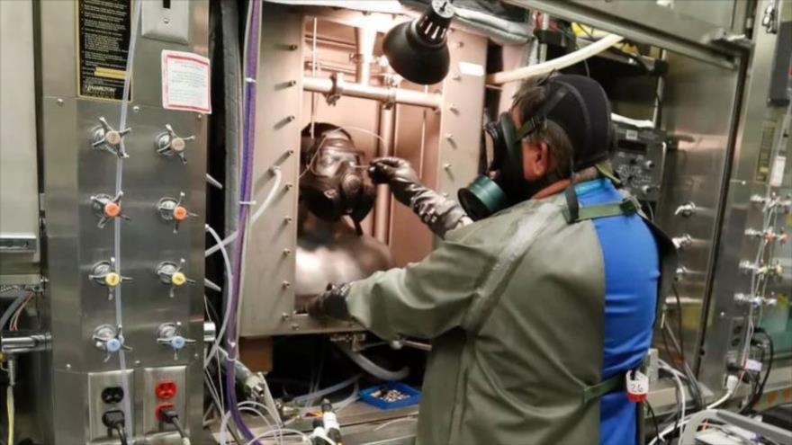 Empleados en una instalación secreta de EE.UU. trabajan sobre medidas defensivas contra las armas biológicas.