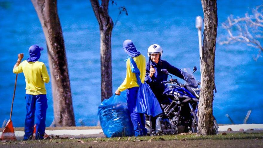 El presidente de Brasil, Jair Bolsonaro, monta en su motocicleta en Brasilia, 23 de julio de 2020.
