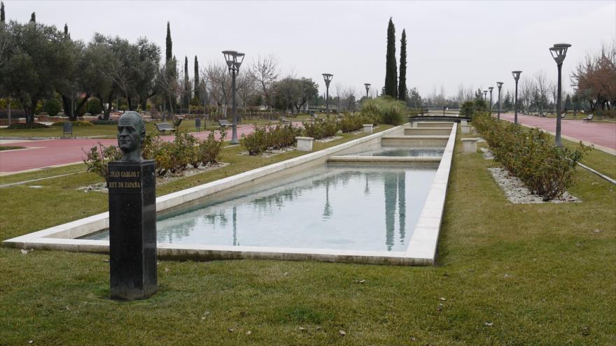 El busto del rey emérito Juan Carlos I eregido en el mayor parque de la localidad madrileña de Pinto.