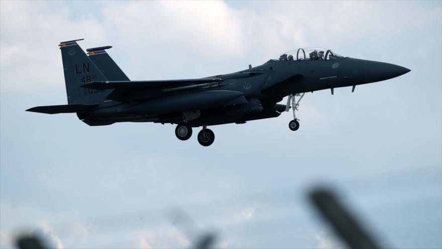 Un caza F-15E la Fuerza Aérea de EE.UU. se prepara para aterrizar en el este del Reino Unido, 15 de junio de 2020. (Foto: AFP)