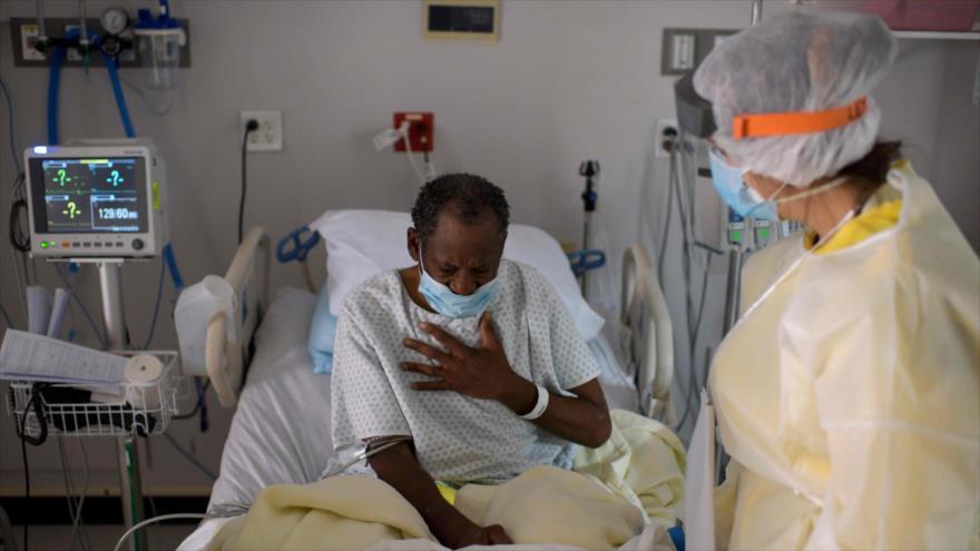 Una enfermera atiende a un paciente con la COVID-19 en un hospital en Texas, 2 de julio de 2020. (Foto: AFP)