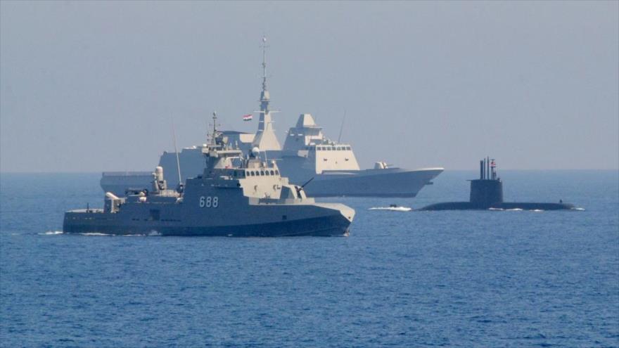 Buques militares de la Armada egipcia en una maniobra naval en el mar Mediterráneo.