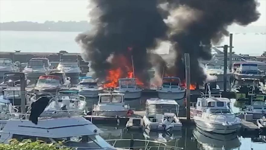 Vídeo: Nuevos barcos de EEUU arden en llamas en Nueva York | HISPANTV