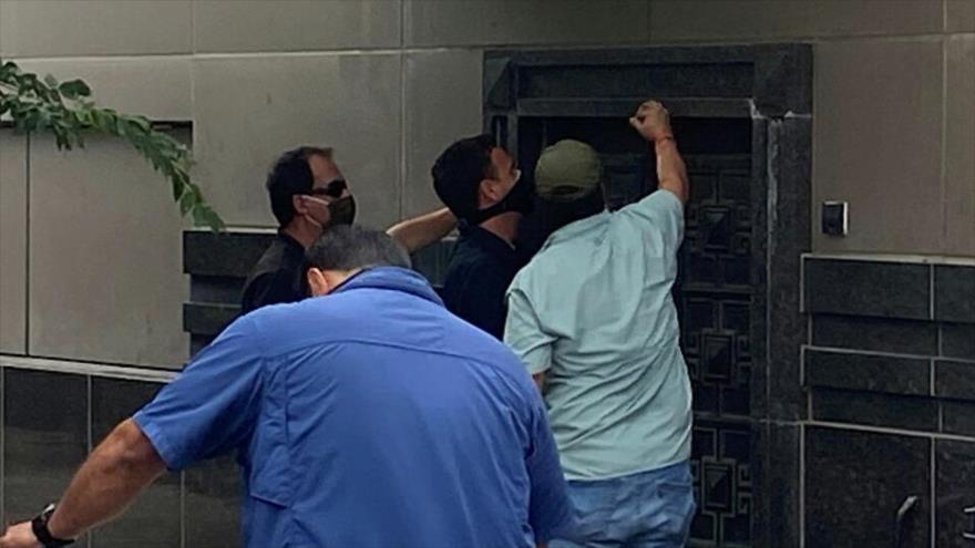 Varios agentes federales intentan abrir la puerta trasera del consulado general de China en Houston (EE.UU.), 24 de julio de 2020.