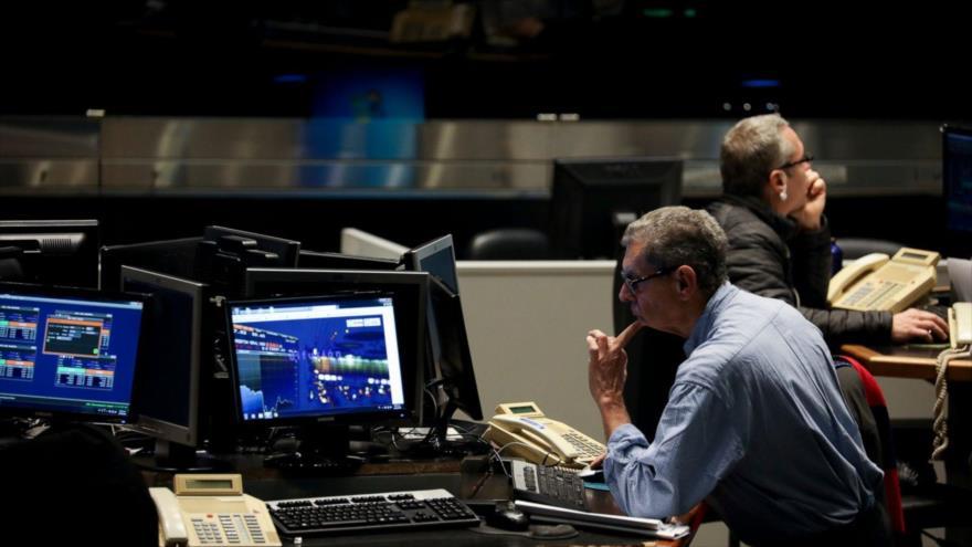 Un trabajador mira una pantalla en la Bolsa de Valores de Buenos Aires, Argentina, 12 de agosto de 2019. (Foto: AP)