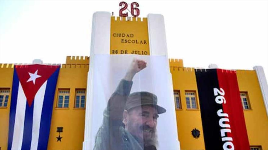 Lienzo con foto de Fidel Castro desplegado en la fachada del edificio del Cuartel Moncada, 26 de julio de 2020.