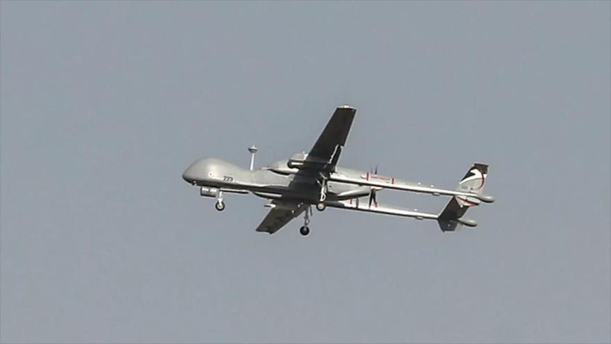 Un dron israelí, modelo Heron, sobrevuela la ciudad de Ashdod, en el oeste de los territorios ocupados palestinos, 13 de noviembre de 2019. (Foto: AFP)