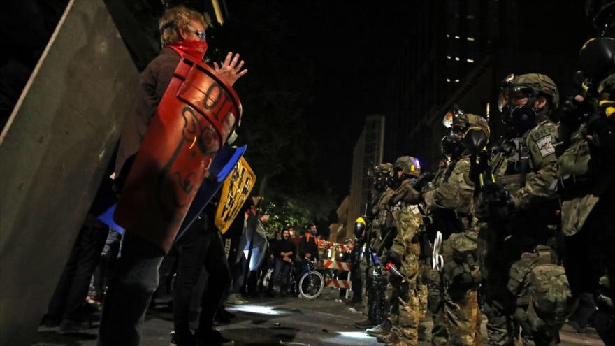 Fuerzas de la Policía federal de EE.UU. se enfrentan con los manifestantes durante protestas antirracistas en Portland, 26 de julio de 2020. (Foto: Reuters)