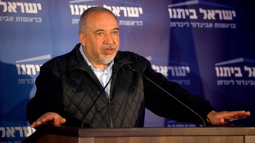 """Avigdor Lieberman, líder del partido Yisrael Beitenu (""""Israel nuestra casa""""), habla en una sede electoral de su partido, 2 de marzo de 2020. (Foto: AFP)"""