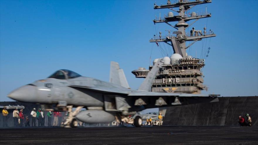 Un avión de combate de EE.UU. sobre la pista del portaviones USS Dwight D. Eisenhower, que lidera las maniobras militares con fuego real del grupo de buques de ataques estadounidenses en el mar de Mediterráneo oriental.