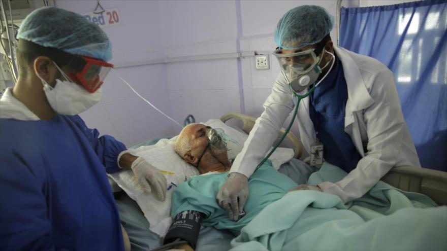 Personal médico atiende a un paciente que ha dado positivo por COVID-19 en un hospital en Saná, capital de Yemen, 14 de junio de 2020. (Foto: AP)