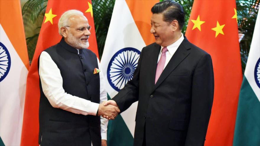 El presidente chino, Xi Jinping (dcha.) recibe al primer ministro indio, Narendra Modi.