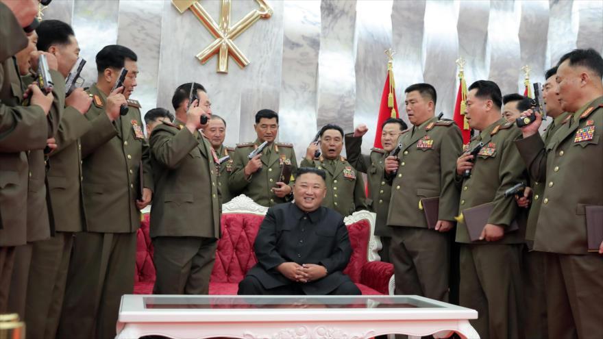 El líder norcoreano, Kim Jong-un, está rodeado de los comandantes del Ejército durante una ceremonia en Pyongyang, capital, 26 de julio de 2020.