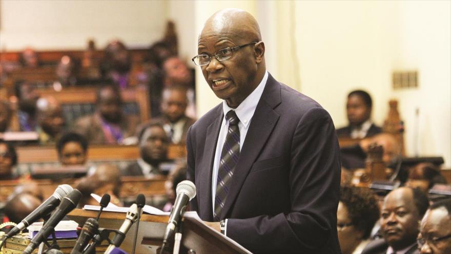 Patrick Chinamasa, portavoz del partido gobernante de Zimbabue, habla durante una sesión parlamentaria, 21 de noviembre de 2017.
