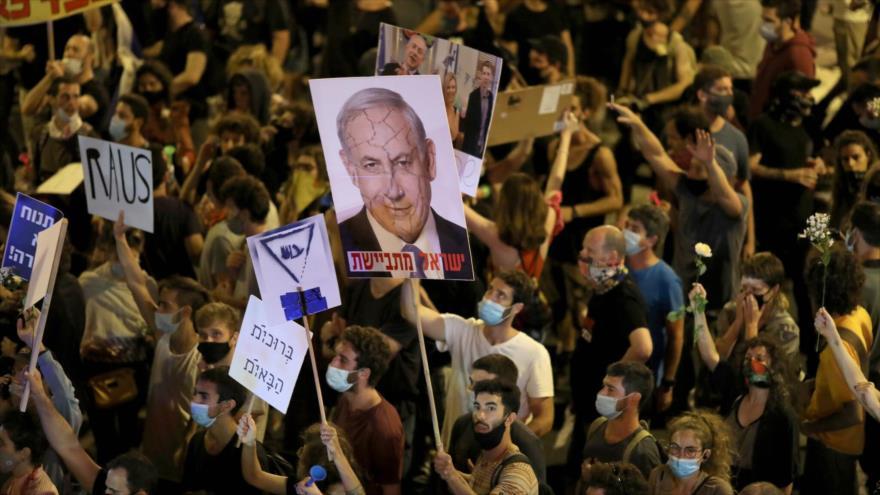 Protestan contra el primer ministro israelí, Benjamín Netanyahu, frente a su residencia en Al-Quds (Jerusalén), 23 de julio de 2020.