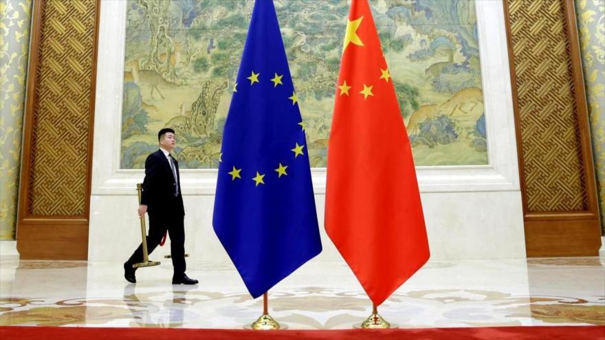 Las banderas de China y la UE antes del Diálogo Económico de Alto Nivel UE-China, Pekín, 25 de junio de 2018. (Foto: Reuters)