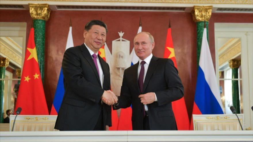 El presidente ruso, Vladímir Putin, y su par chino, Xi Jinping, se dan la mano tras una reunión en Moscú, 5 de junio de 2019. (Foto: AFP)